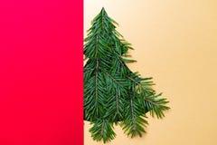 Ritaglio di forma dell'albero di Natale con i rami Concetto di Natale Fuoco selettivo DOF basso Disposizione piana Fotografie Stock