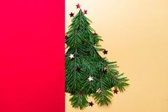 Ritaglio di forma dell'albero di Natale con i rami e le stelle Concetto di Natale Fuoco selettivo DOF basso Disposizione piana Fotografie Stock