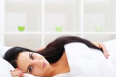 Ritardi e braccia Primo piano di bella donna malata con l'emicrania, irritato Immagini Stock Libere da Diritti