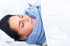 Ritardi e braccia Primo piano di bella donna malata con l'emicrania, irritato Immagine Stock