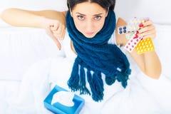Ritardi e braccia Primo piano di bella donna malata con l'emicrania, irritato Fotografia Stock