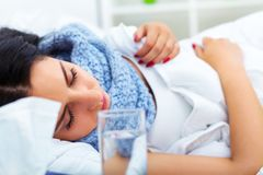 Ritardi e braccia Primo piano di bella donna malata con l'emicrania, irritato Immagine Stock Libera da Diritti