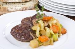 Ritardi la tibia cucinata del manzo servita con le verdure Fotografia Stock Libera da Diritti