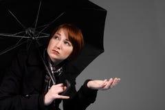 Ritenendo quello la sua pioggia fotografie stock