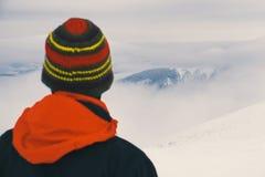 Ritenga la libertà e goda di belle montagne dell'inverno Fotografie Stock