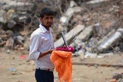 Rites et cérémonies funèbres d'hindouisme au bâtiment effondré après catastrophe de tremblement de terre Image libre de droits