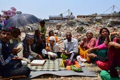 Rites et cérémonies funèbres d'hindouisme au bâtiment effondré après catastrophe de tremblement de terre Photographie stock libre de droits
