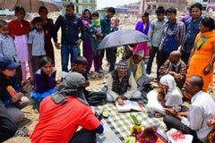 Rites et cérémonies funèbres d'hindouisme au bâtiment effondré après catastrophe de tremblement de terre Photo stock