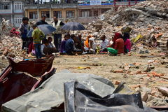 Rites et cérémonies funèbres d'hindouisme au bâtiment effondré après catastrophe de tremblement de terre Photo libre de droits