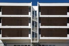 Ritmi di architettura della città Appartamenti del cottage per la vista simmetrica di affitto immagini stock libere da diritti