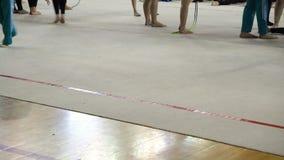 Ritmische gymnastiek, atletenopwarming vóór de concurrentie stock video