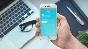 Ritmo cardíaco de la supervisión en el healt app en el smartphone almacen de metraje de vídeo