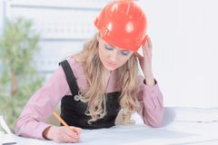 Ritning för teckning för affärskvinna på kontorsskrivbordet royaltyfria bilder