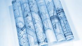 Ritningar - rullar av arkitektoniska teckningar arkivfilmer