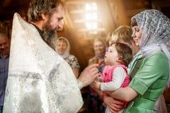 Rito del battesimo infantile nella chiesa ortodossa Fotografia Stock Libera da Diritti