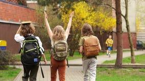 Ritorno degli scolari dalla scuola Di nuovo al banco Tre bambini, due ragazzi e una ragazza, compagni di classe Rottura della scu video d archivio