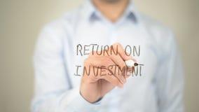 Ritorno su investimento, scrittura dell'uomo sullo schermo trasparente Fotografia Stock Libera da Diritti