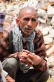 Ritos y ceremonias fúnebres del Hinduismo en el edificio derrumbado después del desastre del terremoto Fotografía de archivo
