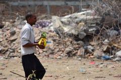 Ritos y ceremonias fúnebres del Hinduismo en el edificio derrumbado después del desastre del terremoto Fotografía de archivo libre de regalías