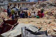 Ritos y ceremonias fúnebres del Hinduismo en el edificio derrumbado después del desastre del terremoto Foto de archivo libre de regalías