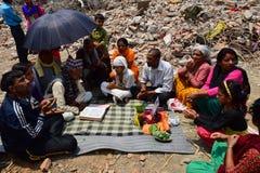 Ritos y ceremonias fúnebres del Hinduismo en el edificio derrumbado después del desastre del terremoto Imágenes de archivo libres de regalías