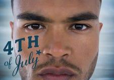 Ritrattistica dell'uomo con il quarto del blu del grafico di luglio contro il pannello di legno blu confuso Fotografia Stock
