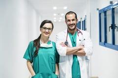 Ritrattistica sorridente dell'infermiere e di medico Fotografie Stock