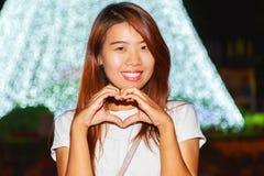 Ritratto abbastanza asiatico di notte della donna con il fondo leggero dei nuovi anni Immagine Stock Libera da Diritti