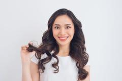 Ritratto abbastanza asiatico sorridente amichevole della donna dei giovani Fotografie Stock Libere da Diritti