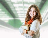 Ritratto abbastanza giovane della ragazza dello studente con i libri Immagini Stock