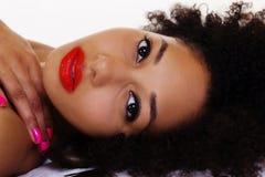 Ritratto adagiantesi di bella donna afroamericana Fotografie Stock