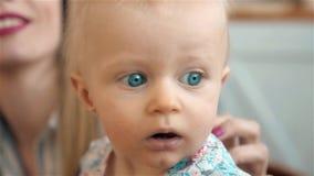 Ritratto adorabile del piccolo bambino, famiglia amorosa felice generi il gioco con il suo bambino nella cucina, mamma sorridente stock footage