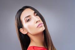 Ritratto adorabile di bella donna le che mostra le labbra rosa immagini stock libere da diritti
