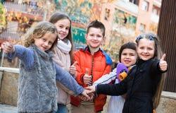 Ritratto all'aperto dei bambini della scuola elementare Fotografia Stock