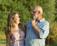 Ritratto all'aperto del nonno con la nipote Fotografie Stock
