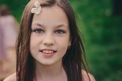 Ritratto all'aperto del primo piano della primavera del 11 anno adorabili del preteen della ragazza del bambino Fotografie Stock