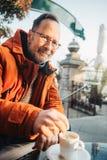 Ritratto all'aperto dell'uomo di 50 anni immagine stock libera da diritti