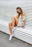 Ritratto all'aperto della bella giovane donna graziosa alla moda fotografie stock