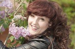 Ritratto all'aperto della donna di medio evo accanto ad un lil sbocciante Fotografia Stock Libera da Diritti
