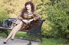 Ritratto all'aperto della donna di medio evo in un impermeabile Fotografia Stock
