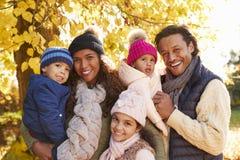 Ritratto all'aperto della famiglia in Autumn Landscape Fotografie Stock Libere da Diritti