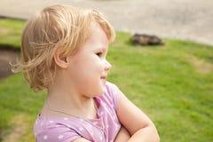 Ritratto all'aperto della neonata bionda sorridente in un parco Fotografie Stock Libere da Diritti