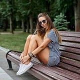 Ritratto all'aperto della ragazza abbastanza alla moda fotografie stock