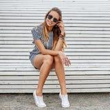 Ritratto all'aperto della ragazza abbastanza alla moda fotografia stock