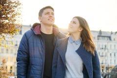 Ritratto all'aperto delle coppie felici di abbraccio, dell'uomo bello e della donna camminanti, citt? di sera del fondo fotografia stock libera da diritti