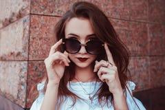 Ritratto all'aperto di bella donna alla moda in vetri sulla via Abbigliamento ed accessori d'uso di estate del modello di moda fotografia stock libera da diritti