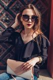 Ritratto all'aperto di bella donna alla moda in vetri sulla via Attrezzatura ed accessori d'uso di estate del modello di moda fotografia stock libera da diritti