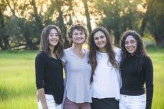 Ritratto all'aperto di bella famiglia ispana, di una madre e delle sue figlie immagine stock libera da diritti
