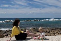 Ritratto all'aperto di bella madre del darkhair e di sua figlia bionda sveglia immagini stock libere da diritti