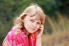 Ritratto all'aperto di estate di piccola ragazza bionda Fotografia Stock